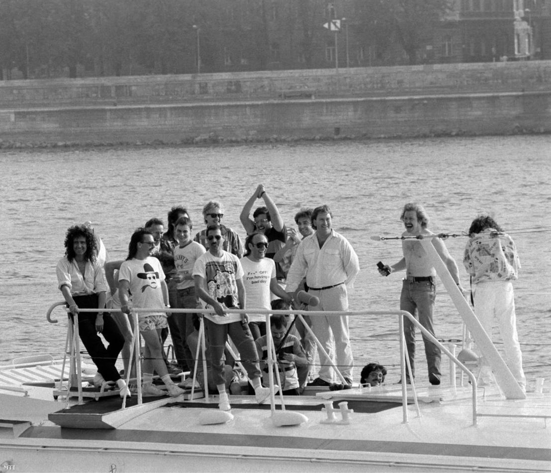 A Bécsbõl érkezõ Queen együttes tagjai egy szárnyashajó fedélzetén a budapesti kikötés előtt: Brian May gitáros (b1) Freddie Mercury énekes (elöl) Roger Taylor dobos (Mercury mögött) és John Deacon basszusgitáros (j4 takarva).