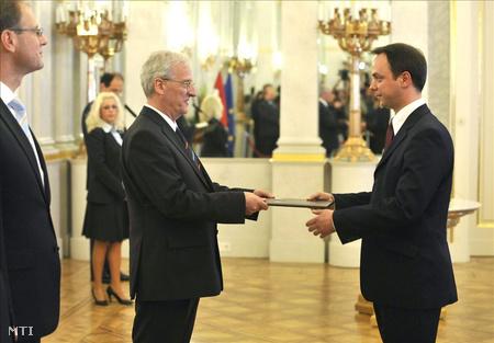 Sólyom László átadja a kinevezési okmányt Nyitrai Zsoltnak, a Nemzeti Fejlesztési Minisztérium államtitkárának - 2010. június 2.