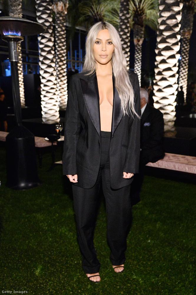 Leánya, Kim Kardashian-West pedig egy közepesen trottyos öltönykosztümöt talált méltónak ahhoz, hogy emelje az est fényét, de a biztonság kedvéért nem vett fel semmit a blézer alá, hogy egy kicsit azért közönséges is legyen.Mindjárt megmutatjuk közelebbről is.