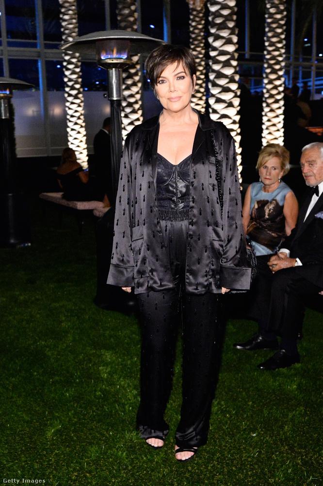 Jenner mama egy ilyen gótikus fűzős-pizsamás szettben érkezett, amiről a Nevergreen azonnal minimum kislemezdalt írna.