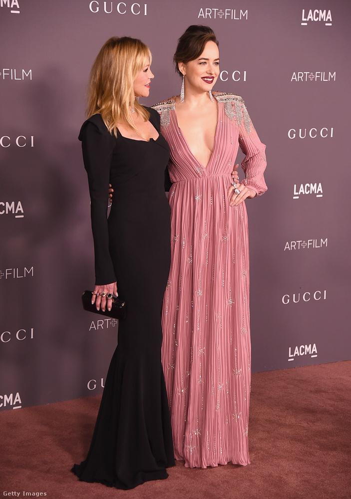 Melanie Griffithnek egyszerűen tökéletesen áll ez a fekete ruha,