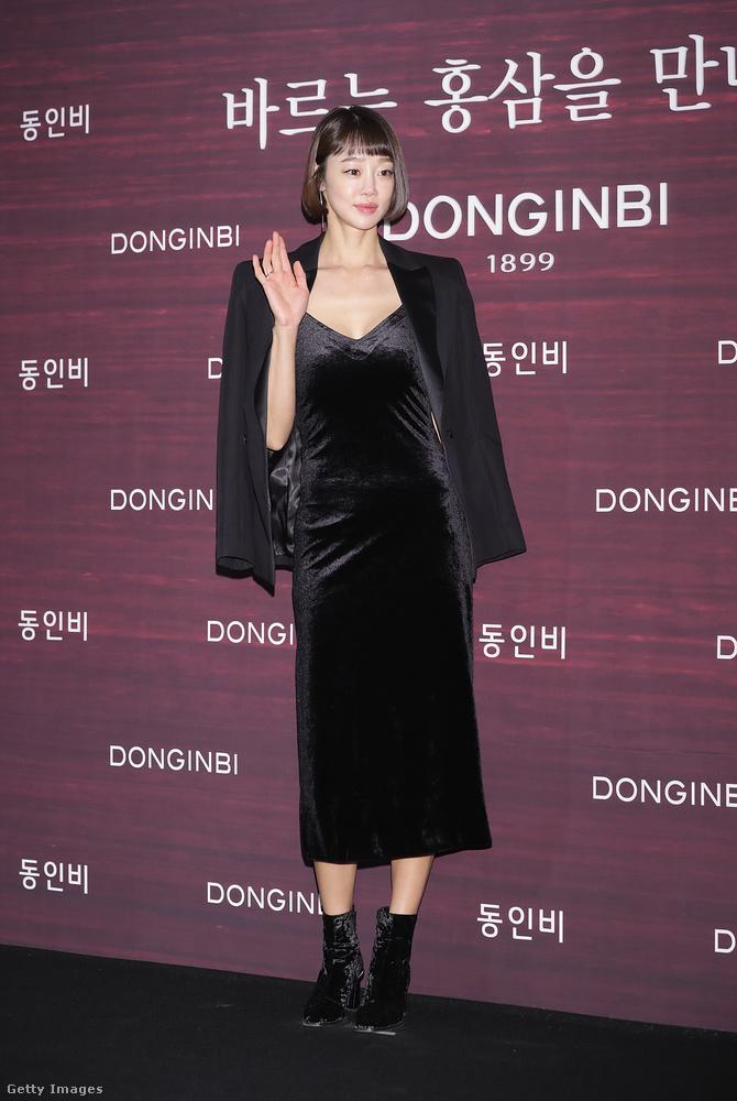 Bársony ruhával kombinált bársony bokacsizma Choi Yeo-Jin színésznőn Szöulban.
