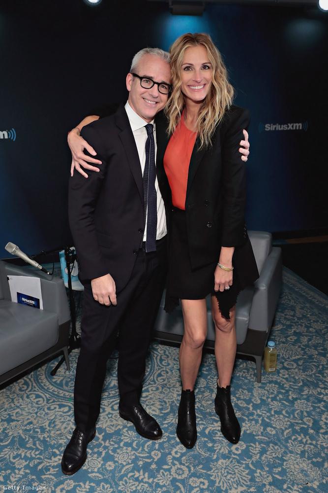 Klasszik Chelsea csizmában ölelgeti Julia Roberts a People magazin munkatársát, Jess Caglet New Yorkban.