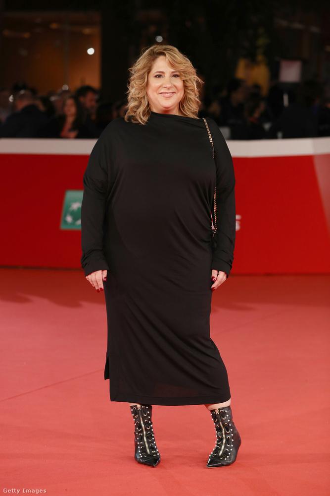 A televíziós producerként ismert Jennifer Lebeau hegyes orrú fűzős bokacsizmával kombinálta a hosszú fekete egyrészest Rómában.