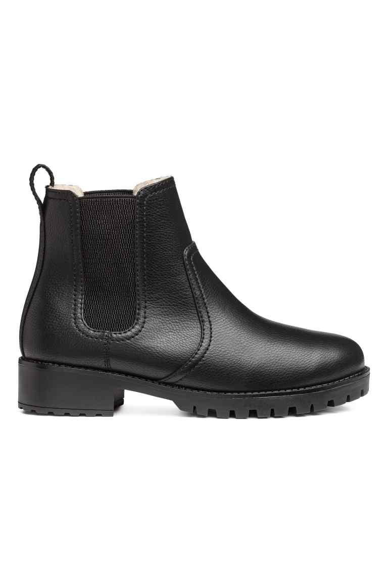 Oldalt gumírozott fekete cipő a H&M 9990 forintba kerül.