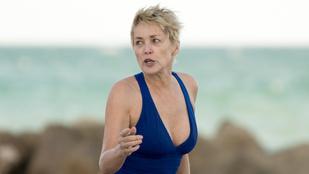 Sharon Stone egy fürdőruhában szexiskedve röhögi ki az idő múlását