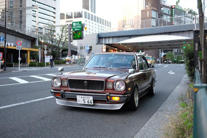 Egy Toyota (Corona) MarkII a Ginzán, nagyjából a hetvenes évek legvégéről. Kisebb a Crownnál, nagyobb a Corollánál, díszesebb a hagyományos Coronánál