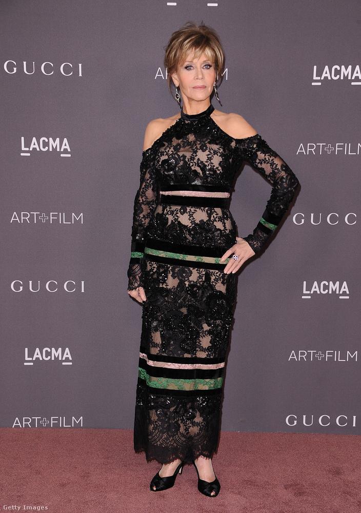 A 79 éves Jane Fonda nem kért a Gucciból, áttetsző Elie Saab csipkeruhát választott az eseményre.
