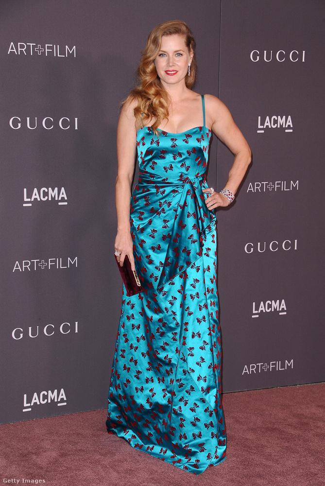 Ennél a piros masnikkal díszített kék ruhánál azért láttunk már jobbat is Amy Adamsen.