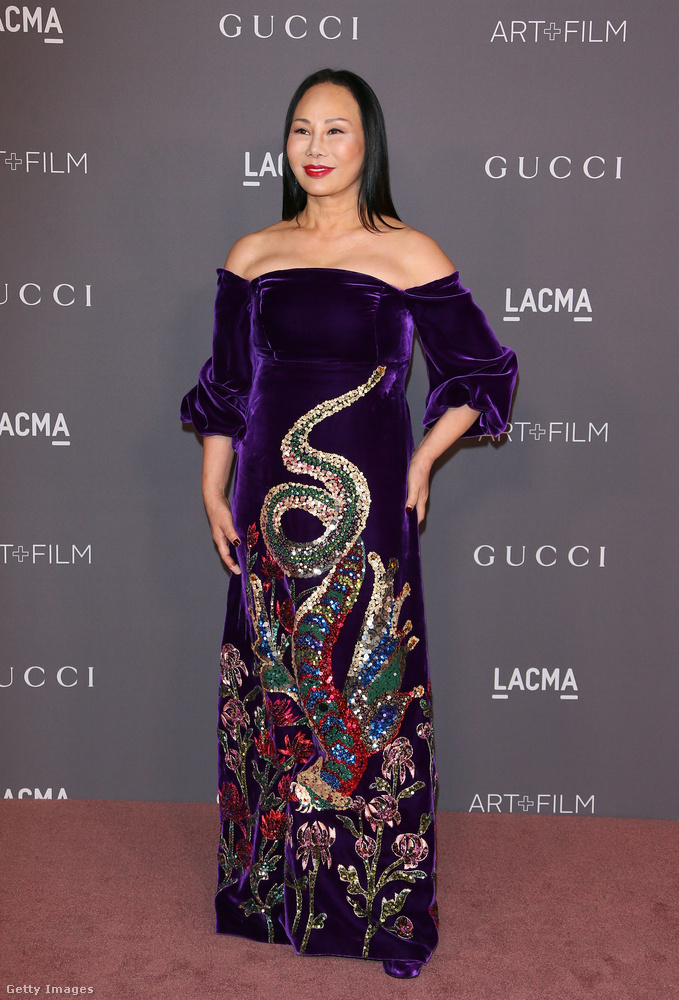 Eva Chow, a gálát szervező LACMA múzeum társelnöke és Los Angeles-i kultúrkirálynő vállvillantós lila bársony ruhában ünnepelt.