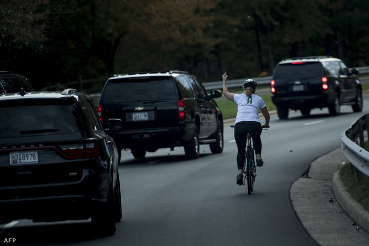 Kirúgták a nőt, aki bemutatott Trumpnak bringázás közben