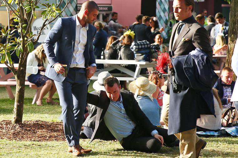 Megint megvolt a Melbourne Cup nevű lóverseny, ami jó apropó az ausztráloknak ahhoz, hogy nemzeti ünnep alkalmából kiöltözzenek, aztán csúnyán leigyák magukat