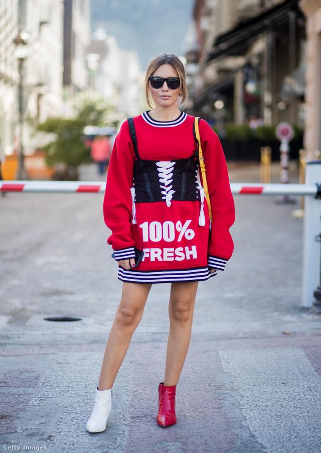 A másfeles cipőben és fűzőben pózoló Demet Kamis az isztambuli Mercedes Benz Fashion Week Social Media menedzsere.