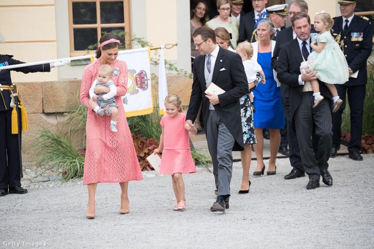 Az összeöltözősdi máshogy is megy nekik: Sándor herceg egy évvel ezelőtti keresztelőjére mentek itt éppen; az ünnepelt a hercegnő öccsének első fia.Itt a nők vannak rózsaszínben összekoordinálva