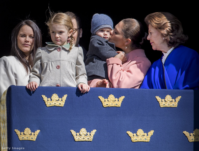 Akiket eddig nem mutattunk be, de láthatók a képen: Szilvia királynő, aki a jobbszélről figyeli a talán megengedhető fegyelmezetlenséget, illetve Zsófia hercegnő a balszélen