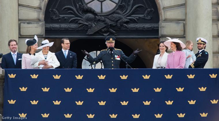 Az ilyen tömegjeleneteken, mint ami Károly Gusztáv (középen) születésnapján készült, azért elég jól látszik, hogy itt lazább a hangulat, mint amikor II
