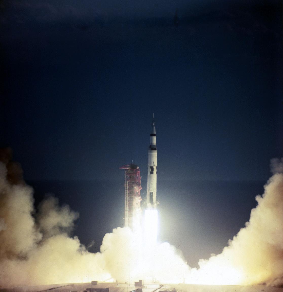 A külső szemlélő számára rendkívül lassan emelkedő rakéta fele már elhagyta a tornyot.