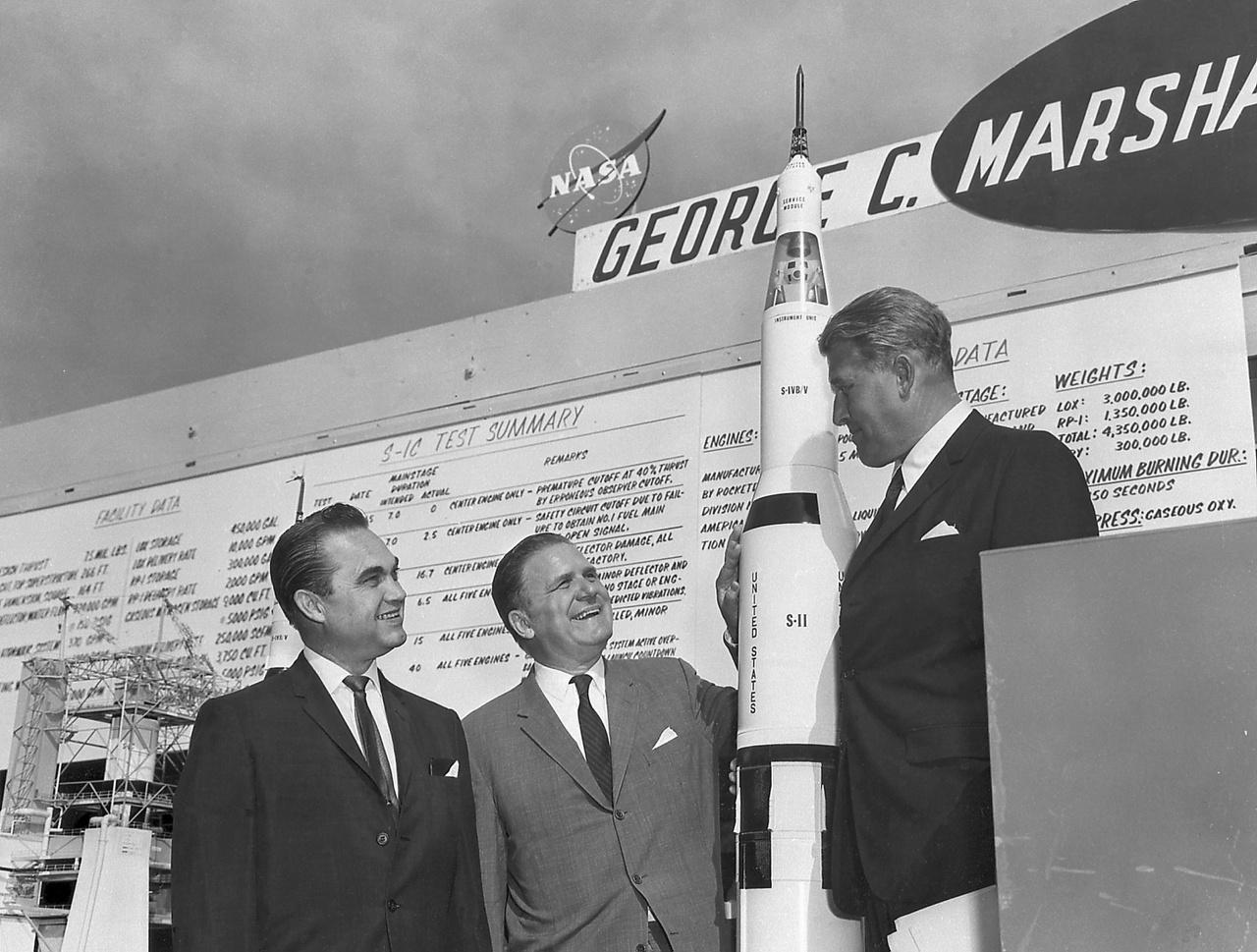1965. június 8.: George Wallace, alabamai kormányzó (balra), James Webb, a NASA igazgatója (középen) és Wernher von Braun, a holdrakéta atyja, a NASA Marshall űrközpontjának (Marshall Space Flight Center, MSFC) vezetője a Saturn-V modelljével.