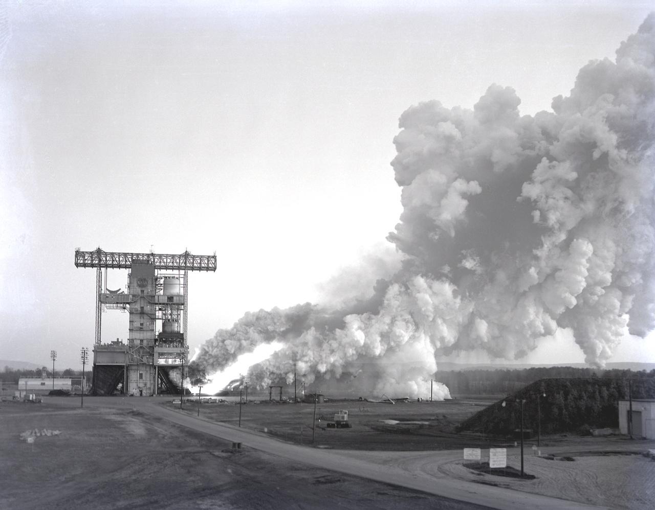 1963. december 5: a Saturn-V-ös rakéták első fokozatába épített F-1 hajtóművek egyikének (F-1-002) statikus tesztje a NASA Marshall központjában. A Rocketdyne összesen 98 darab széria-hajtóművet és 82 kísérleti verziót gyártott az F-1-ekből.