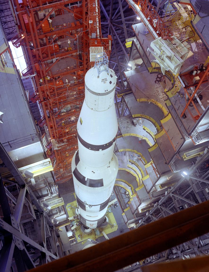 A csaknem teljesen összeszerelt Apollo-4 rakéta a VAB-ban, a legfölső emeletről nézve, már csak a kis mentőrakéta hiányzik a parancsnoki modul csúcsáról.