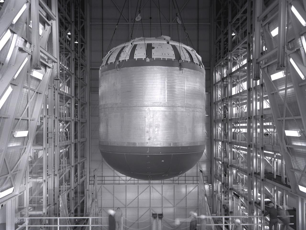 1963: az első fokozat folyékony oxigén üzemanyagának tartályát tesztelik a NASA Marshall űrközpontjában.