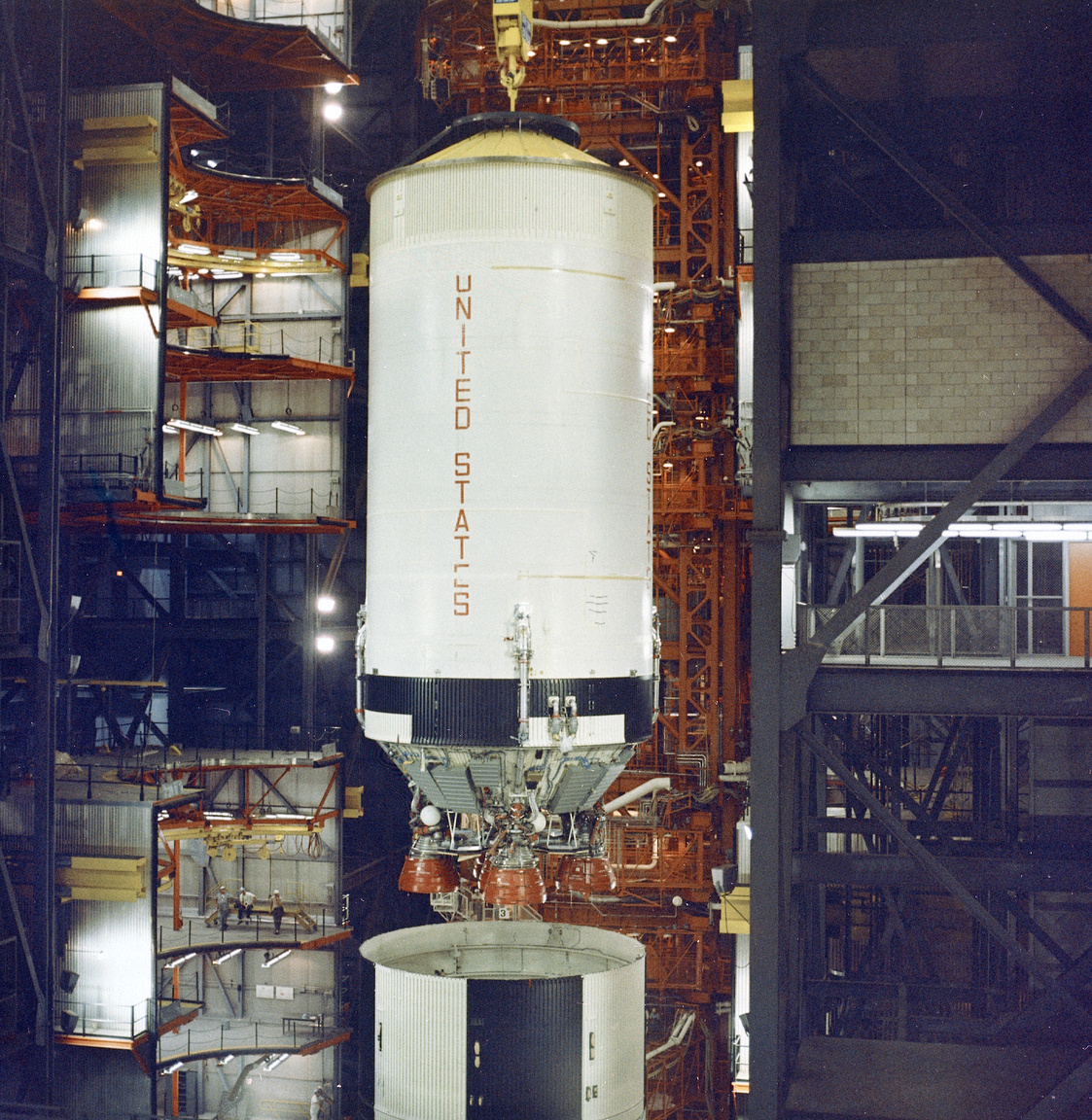 Az Apollo-4 összeszerelésével egy időben zajlott az Apollo-6, a második ember nélküli Saturn-V-ös küldetés rakétájának összeszerelése a Kennedy űrközpont rakétaösszeszerelő-csarnokában (Vehicle Assembly Building, VAB). A képen az látható, hogyan csatlakoztatják az első rakétafokozathoz (S-IC) a második fokozatot (S-II). (Az Apollo-6 1968. április 4-én startolt a Kennedy Űrközpontból.)