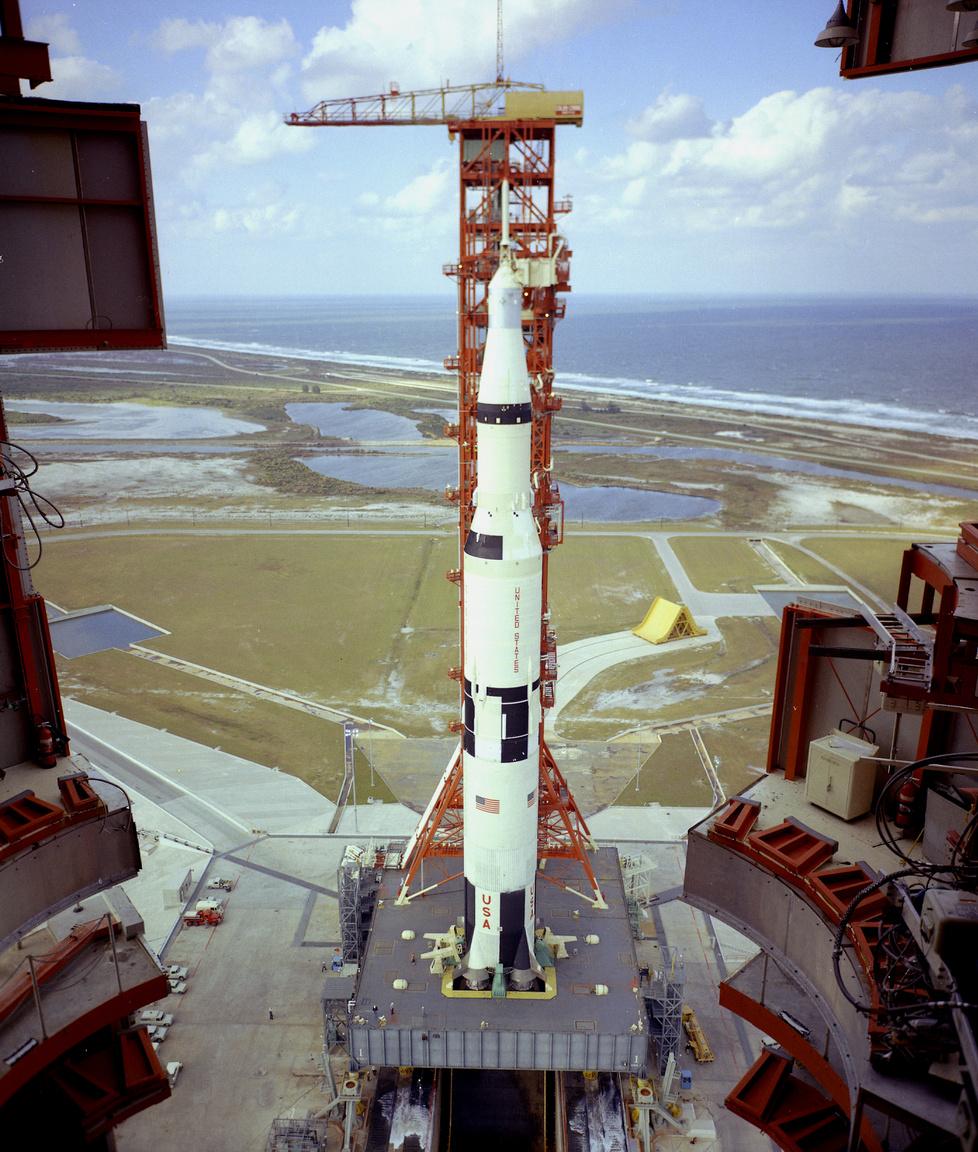 1967. november 1.: a startra kész Apollo-4 a startálláson, a mozgatható kiszolgálótorony tetejéről nézve. Az első fokozat hajtóművei alatt jól látható a lángverem, a rakéta mögött pedig lángterelő árok betonlegyezője.