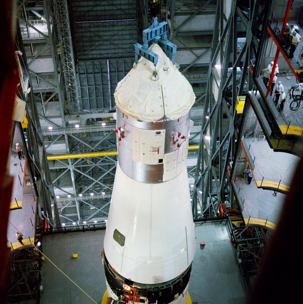 1967. június 20-án a Kennedy űrközpont rakétaösszeszerelő-csarnokában (Vehicle Assembly Building, VAB) helyére került a 017-es számú Apollo űrhajó (Apollo Spacecraft 017 Command Module, CSM 017), amit az Apollo-1 fél évvel korábbi tragédiája után alapos revíziónak vetettek alá. (A vizsgálat csaknem 1500 hibát tárt fel, ezek kijavítása 4 hónapot vett igénybe, jócskán eltolva a start eredetileg tervezett időpontját.)