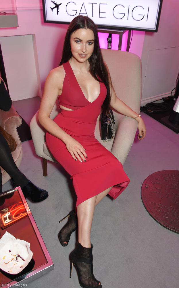 Az egyik vendég Emma Miller divatblogger volt, szép pirosban.