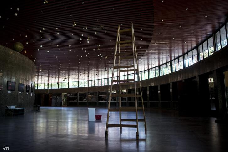 A beázás miatt bezárt fővárosi planetárium körfolyosója a Népligetben 2016. augusztus 26-án