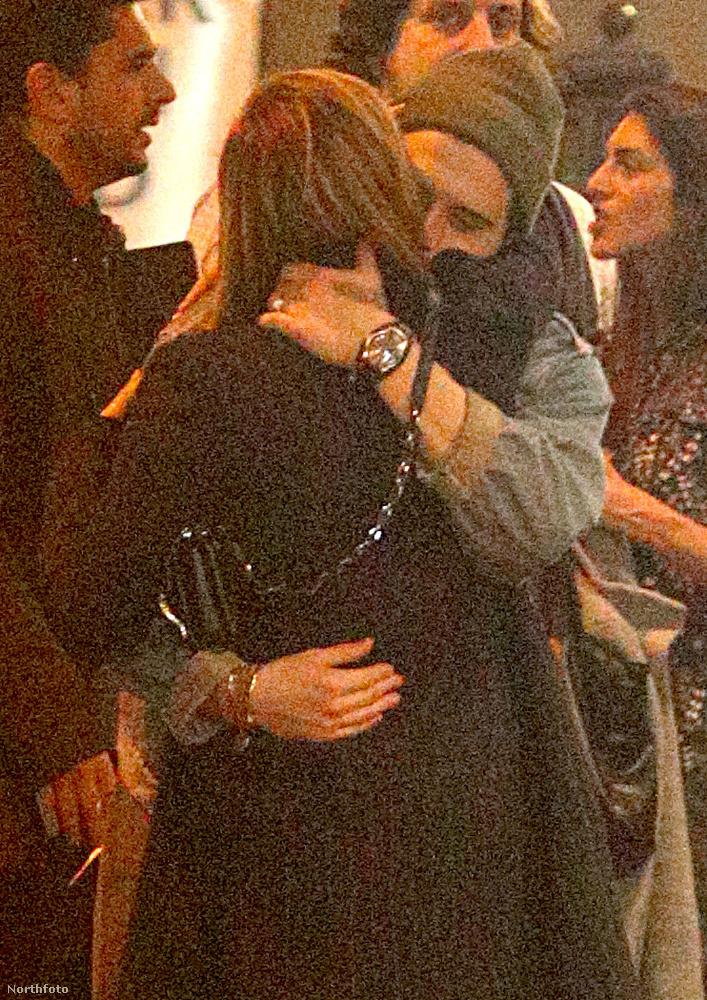 A 20 éves színésznő és a 18 éves Beckham-fiú először 2014-ben jöttek össze, hogy aztán következő éveben szakítsanak, majd 2016-ban ismét felmelegítették a kapcsolatot, aminek aztán pár hónappal később újra véget vetettek.
