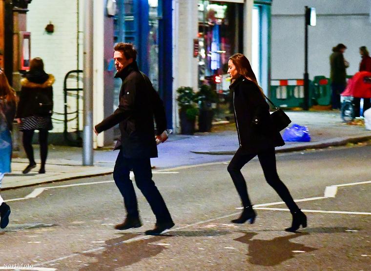 Őrült izgalmas estéjük volt egyébként, mikor ezek a képek készültek róluk: át kellett szaladniuk az úton egy gyorsan hajtó moped miatt - írta a kép mellé a fotót kiadó ügynökség.