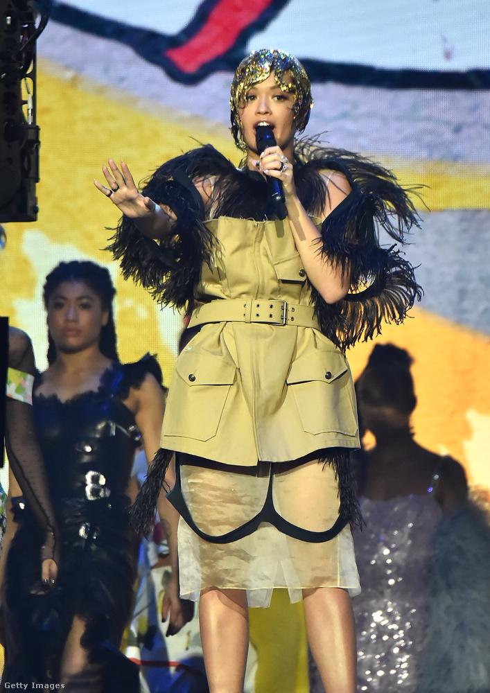 Rita Ora többször is átöltözött az este folyamán, ezt a tollas darabot már a színpadon viselte.