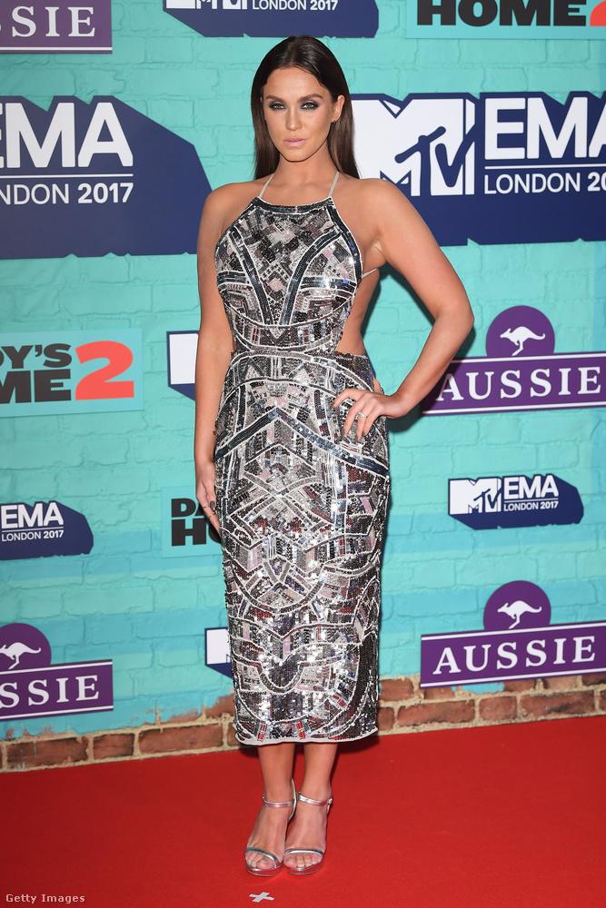 Vicky Pattison műsorvezető büszkén vállalta, hogy az Asosról rendelte futurisztikus ezüst ruháját, a cipőt pedig a River Island oldaláról rendelte be.