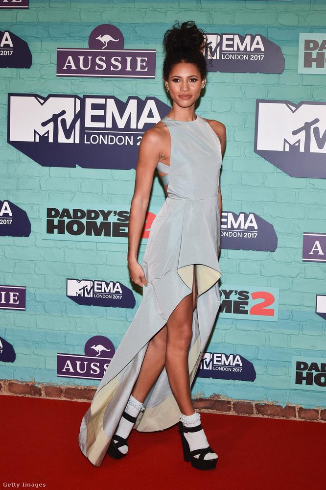 Púderkék Kolchagov Barba couture ruha zoknival a televíziós műsorvezetőn, Vick Hope-on.