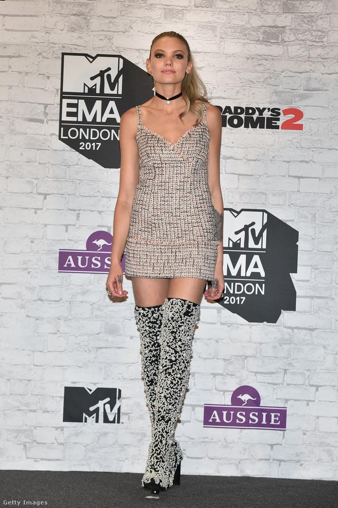 Ezüst mini és ezüst combcsizma a brit MTV egyik műsorvezetőjén Becca Dudleyn.