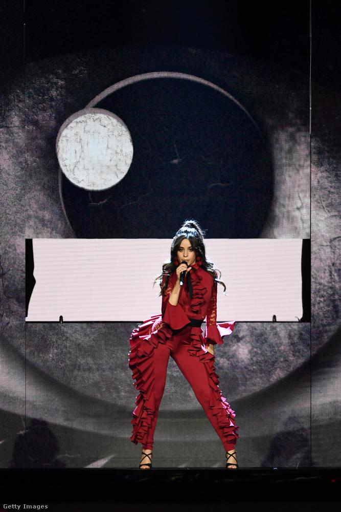 És most lássunk néhány, más okból érdekes ruhaválasztást!Az imént még Lady Baldachinként szépelgő Camila Cabello ezzel az öltözettel azt mutatta meg, milyen lenne, ha Kardashian-farral született volna.