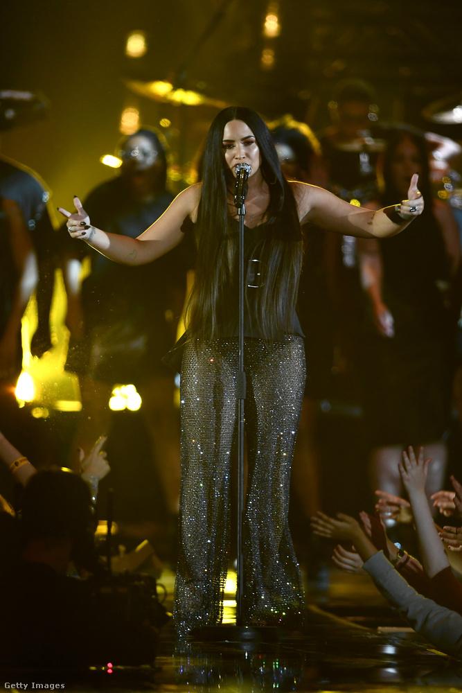 Az énekesnő, Rita Orához hasonlóan, átöltözött az este folyamán, de ez az öltözet már annyira értelmetlen, hogy nem is nagyon tudjuk hová tenni