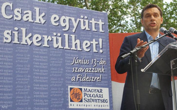 Orbán Viktor a Fidesz Magyar Polgári Szövetség elnöke Cegléden a Kossuth téren rendezett európai parlamenti választási nagygyûlésen 2004. június 7-én.