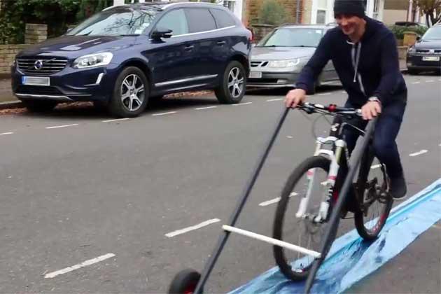 Egy angol fickó pillanatok alatt bárhová bringasávot varázsol magának