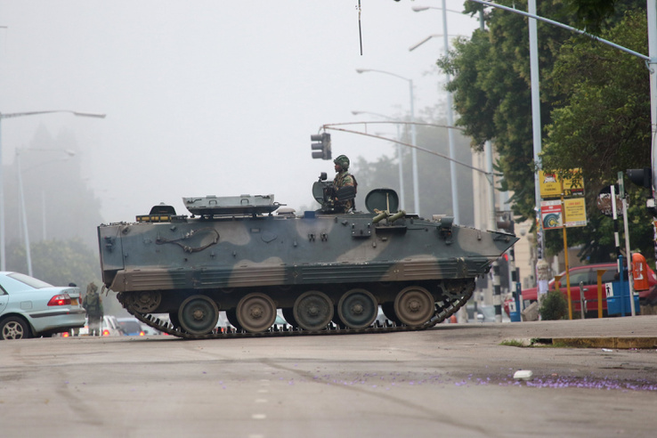 Páncélozott harci jármûvel zárják el a parlamenthez vezetõ fõutat katonák Hararében.