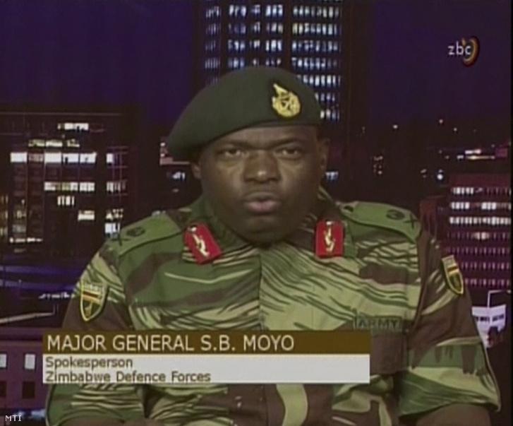 A videofelvételrõl készült képen Sibusisiwe B. Moyo dandártábornok a zimbabwei védelmi erõk szóvivõje a hadsereg által elfoglalt ZBC állami televízió hararei stúdiójában bejelenti hogy a katonaság átvette az ország irányítását Robert Mugabe zimbabwei elnök kormányától 2017. november 15-én.