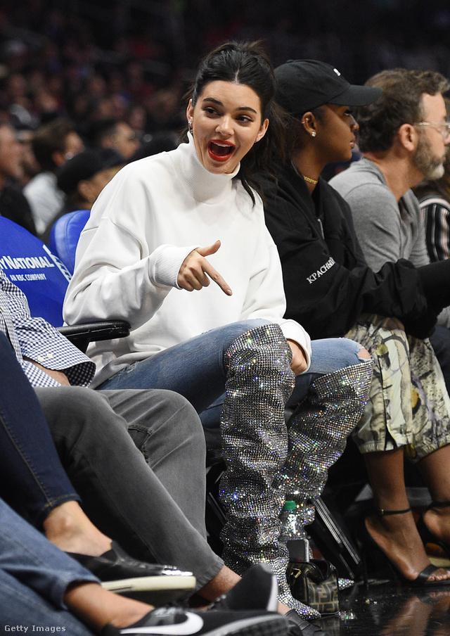 Kendall Jenner olyan snassznak találja a 2.3 milliós csizmát, hogy egy kosármeccsre ült be benne Los Angelesben.