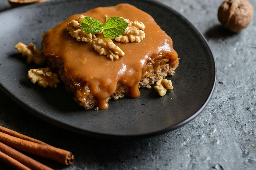 Almás-diós kevert süti vastag karamellréteggel - Senki sem áll meg egy szeletnél