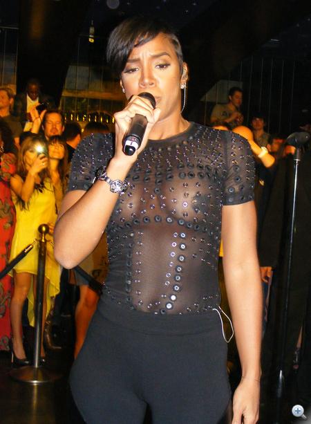 Kelly Rowland Las Vegasban lépett fel áttetsző felsőben.