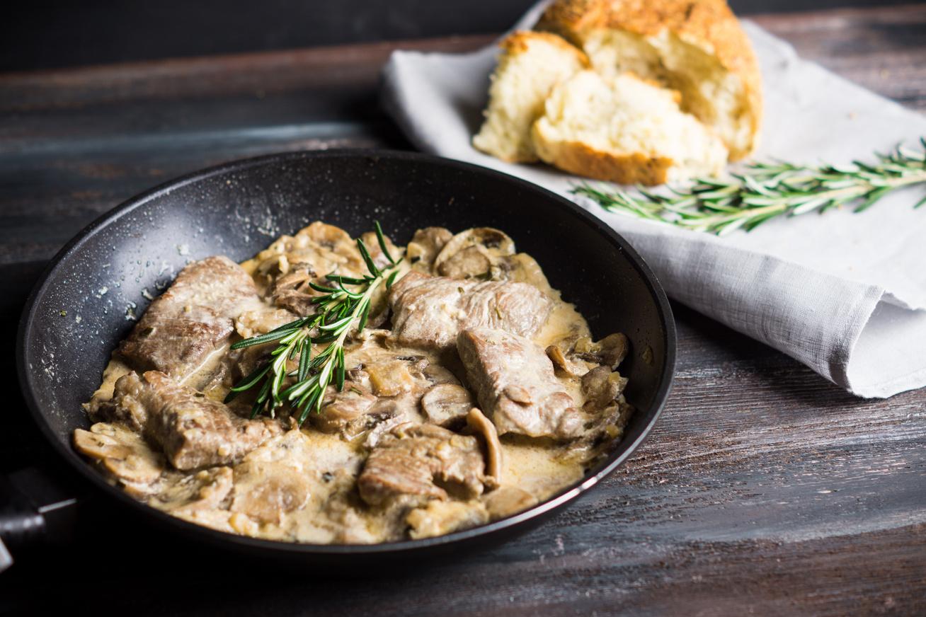 Gombás-tejszínes sertésszelet: a hús puha, omlós, a mártás krémes