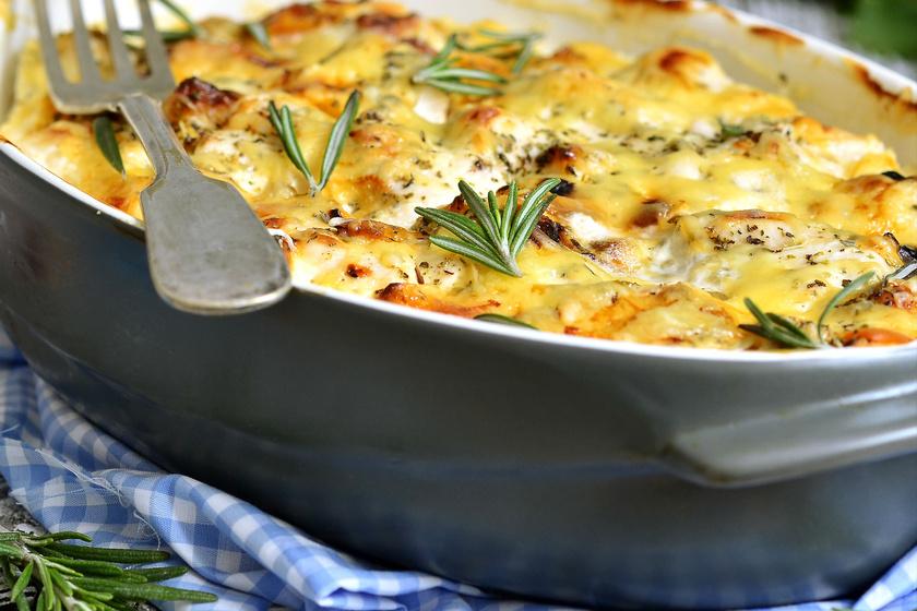 Isteni, szaftos, tejfölös-sajtos csirke: csak pakolj mindent a tepsibe