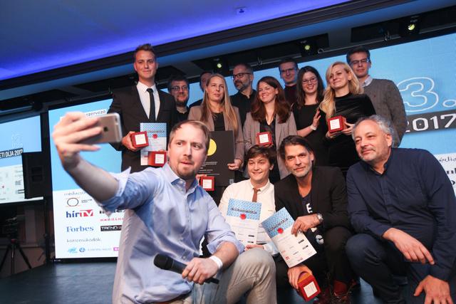 Íme a díjazottak és a szelfiző Huszár András építész, a Hello Wood társalapítója.
