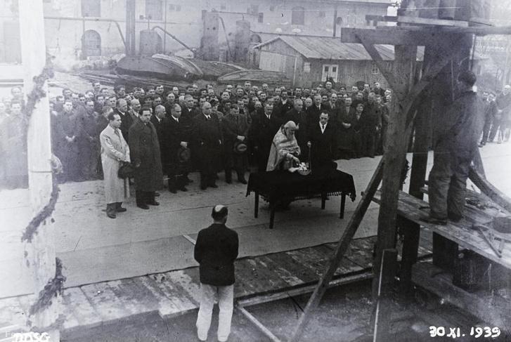 A BRP CÁR BORISZ III. (1941) személyszállító motorhajó építésének megkezdése az Óbudai Hajógyárban. A jelenlévők egyike feltehetően Sztoil Sztoilov bolgár nagykövet (1935-1940)