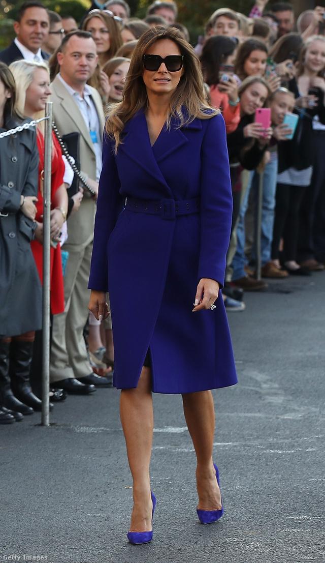 Ebben a kék Emilio Pucci kabátban indult el Washingtonból. A kabátért átlagosan 1730 fontot, körülbelül 1.9 millió forintot kérnek a luxusboltokban.